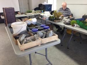 Du matériel en abondance était à la disposition des participants. Fils, roches, substrat et mousses.